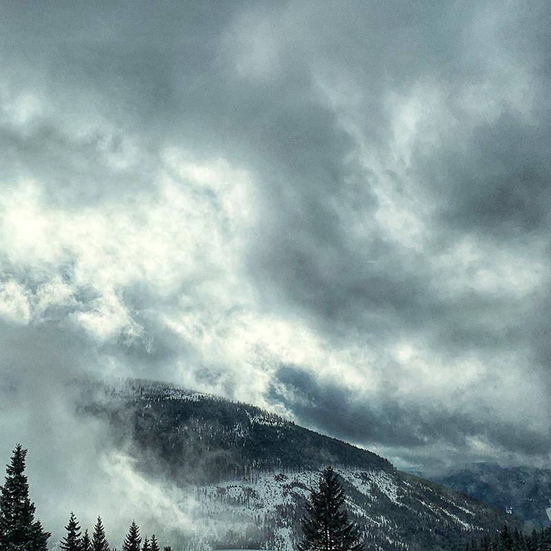 Der Ziegenrücken in einer tiefhängenden Wolkenschicht