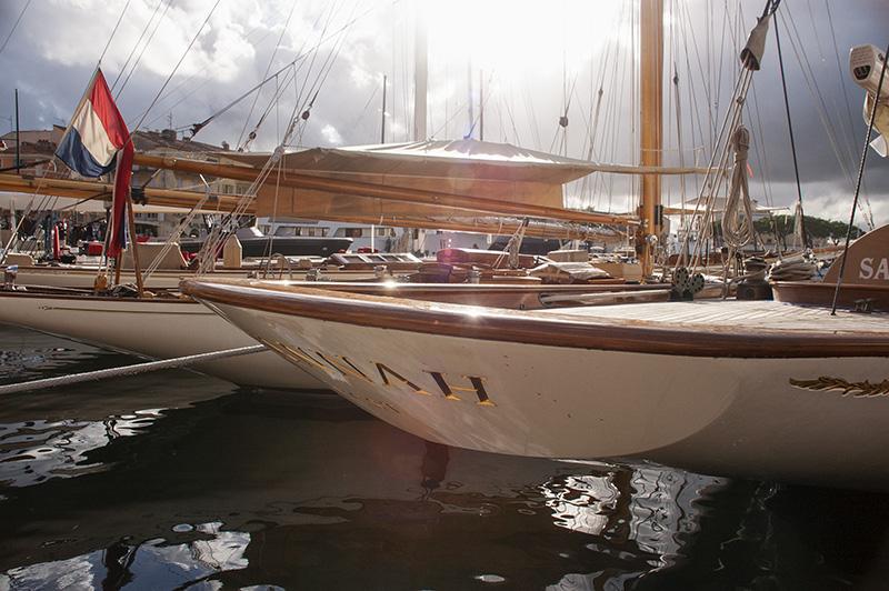 Luxusjachten an der Uferpromenade von Sain Tropez in der Provence