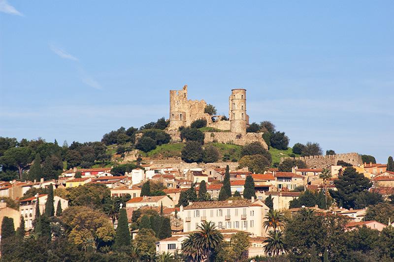 Blick aud die Burg von Grimaud am Golf von Saint Tropez, mitten in der Provence