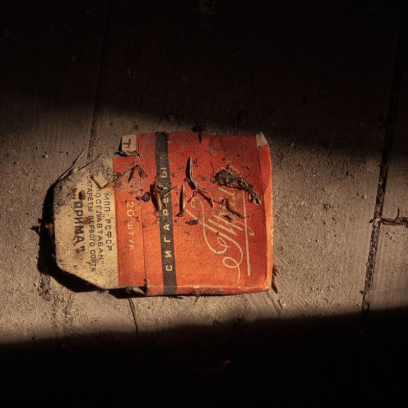 Wabi-sabi - einfache schlichte Objekte auf dem Boden