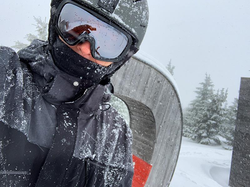 Ich bei Ski fahren im tiefen Schneetreiben