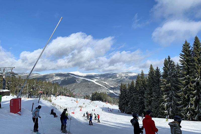Der Einsteigerlift am Svaty Petr mit Blick auf die blaue Piste, Ski fahren für Jedermann