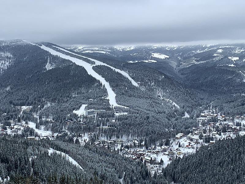 Blick vom St. Peter rüber auf den Medvedin. Ein perfektes Gebiet zum Ski fahren für Anfängen genauso wiefür Fortgeschrittene
