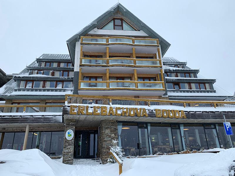 Die Erlebachova Bouda von vorne gesehen, eine urige Baude als Basis zum Ski fahren im Riesengebirge