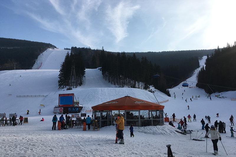 Am Ski Resort Svaty Petr mit Blick auf die Schwarze und Rote Piste, Ski fahren für den Fortgeschrittenen