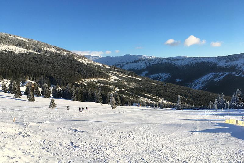 """Der """"Idiotenhügel"""" direkt vor dem Hotel, Ski fahren für Anfänger"""
