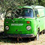 Ein alter, ramponierter, grüner T1 Bulli