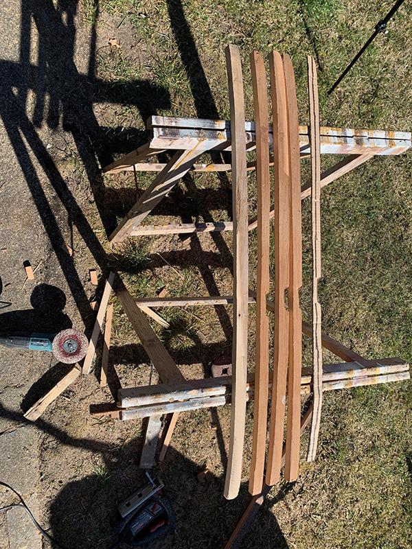 Erste Arbeiten am Van mit Holz. Vorbereitung der Spannten für die Deckenunterkonstruktion