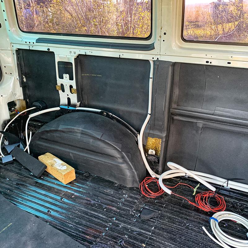 Die Isolierung an der Fahrerseite in meinem Bulli Ausbauprojekt. Auch liegen bereits die ersten Kabel.