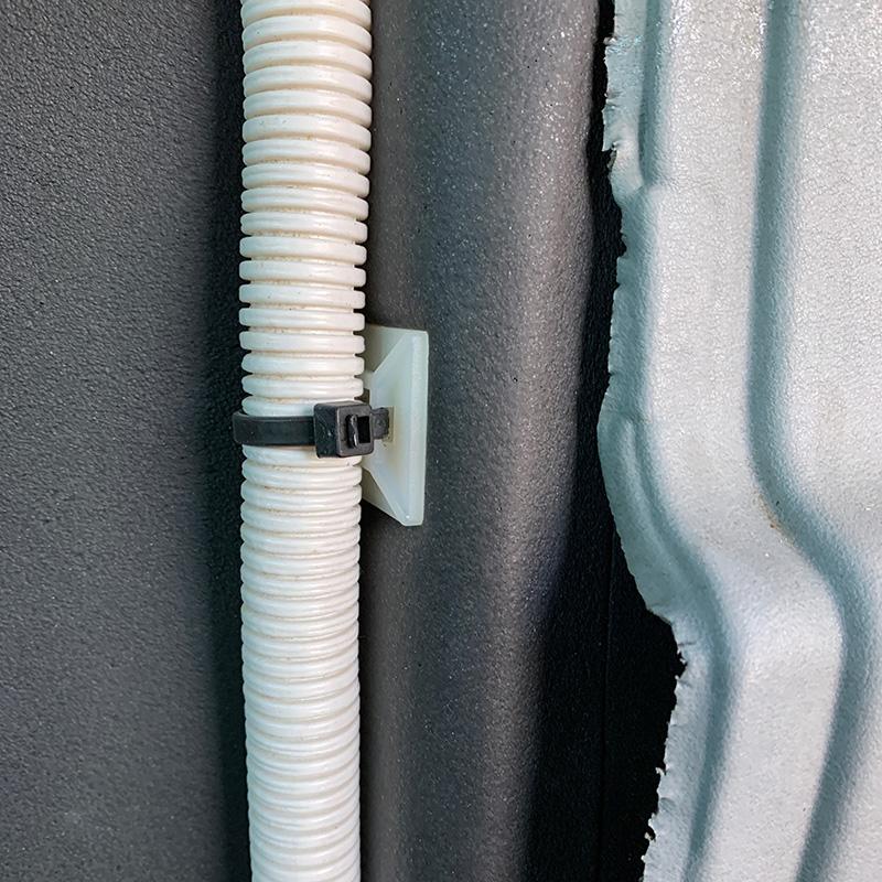 Nahaufnahme der Isolierung mit verlegtem und befestigten Kabel