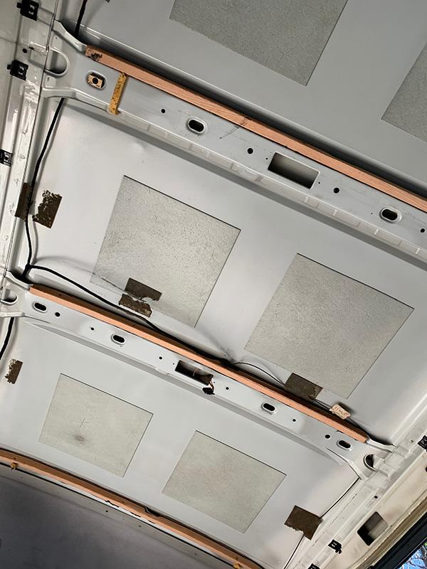 Bulliausbau Innenraum - Die Spanten unter dem Dach als Aufnahme für die Profilhölzer