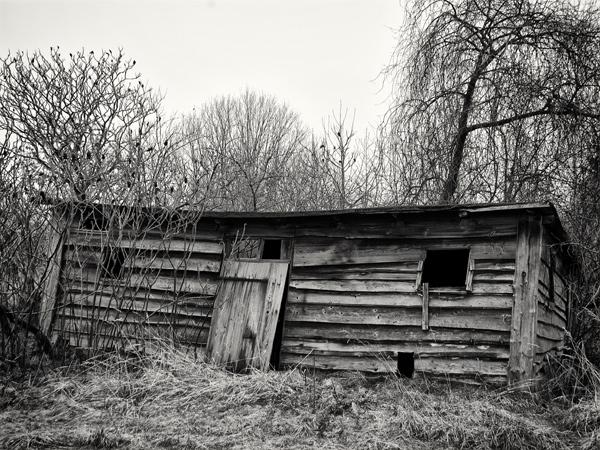 Der alte marode Stall als ein schwarz weiß Photo