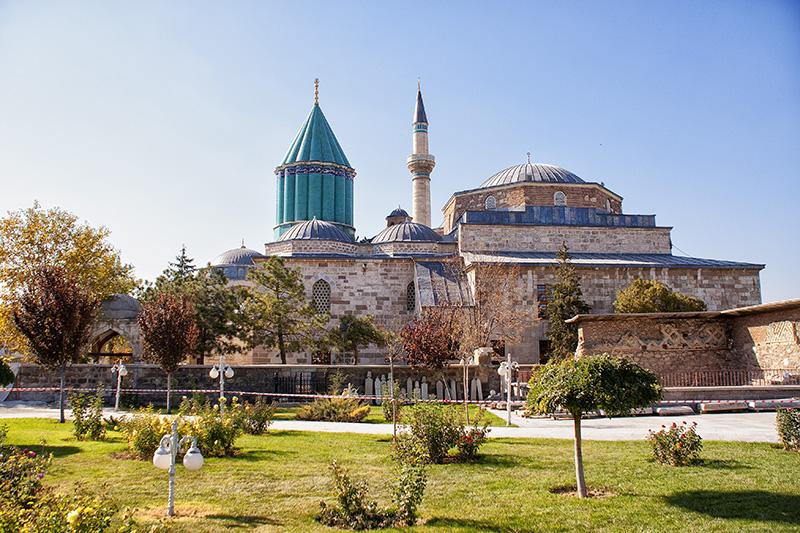 Konya - Die volle Pracht der Moschee mit Vorgarten - Kappadokien Rundreise