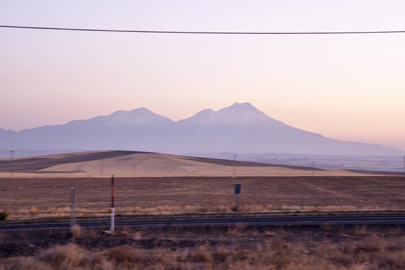 Blick aus dem Bus auf den Vulkan Hasan Davi Argaios - Kappadokien Rundreise