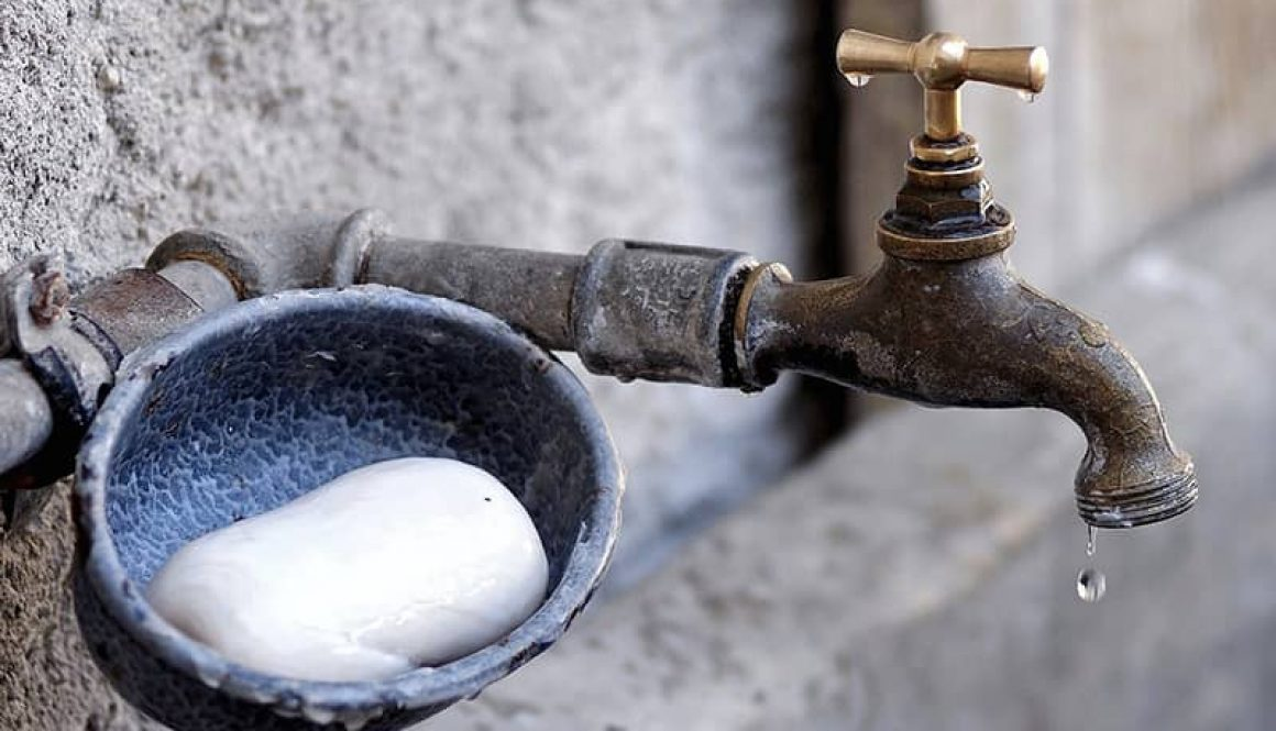 Vintage Wasserhan mit einem Seifenfach daneben beim Bulliausbau Wasserversorgung